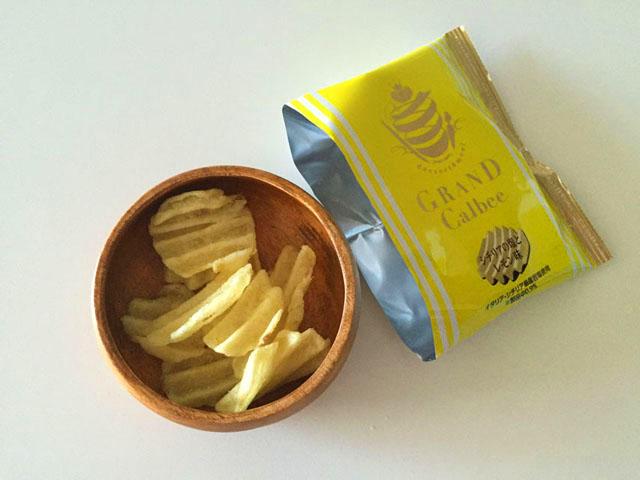 """グランカルビポテトビートのシチリアの塩とレモン味を木のお皿に移した状態"""""""