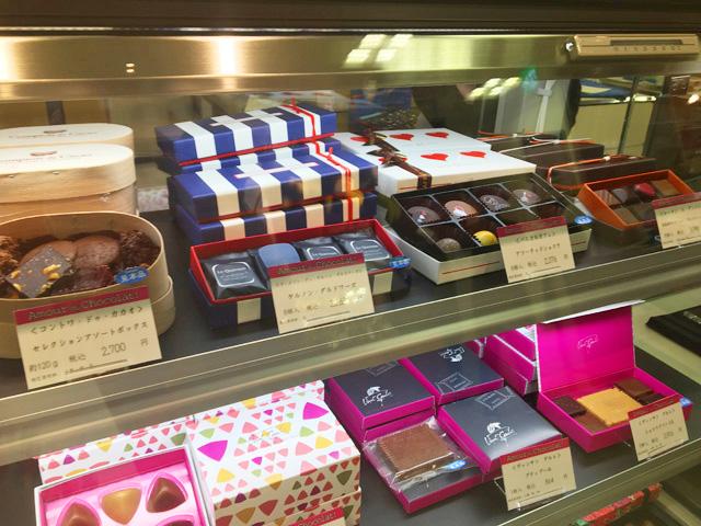 パスカル カフェのチョコレートやケルノン・ダルドワーズなど限定商品が並んでいる様子,大阪高島屋,アムール・デュ・ショコラ,2019,バレンタイン,