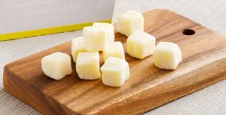 CheeseCheeseChocolateCheese,カッティングボードの上に置かれた北海道チェダー生チョコレート,バレンタイン,2021,チョコレート, Valentine,chocolate,