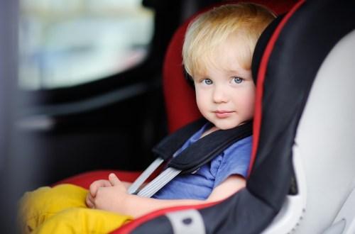 enfant assis dans une voiture