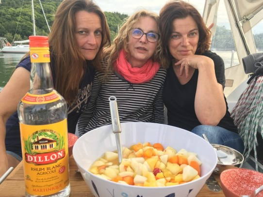 trois femmes sur un bateau