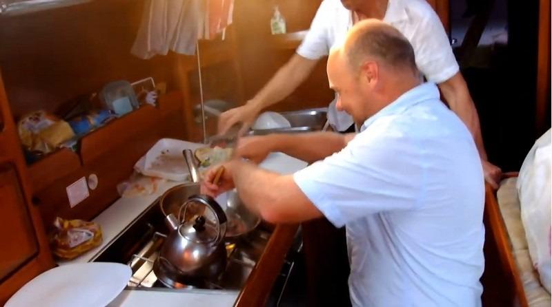 préparation du repas en mer