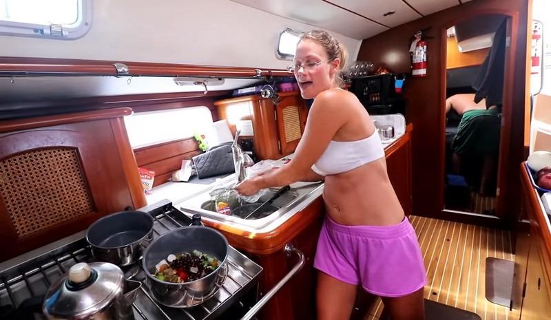 cuisiner avec un ciré sur un voilier