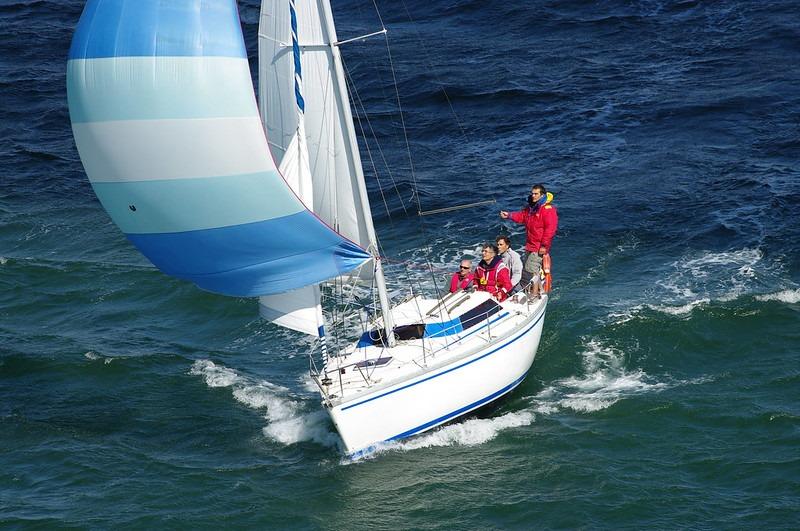 voilier écume de mer sous spi