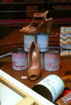 chaussures-en-equilibre-sur-pots-de-peinture