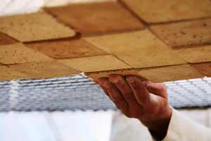 Plafond suspendu en cours de fabrication - Les adobes