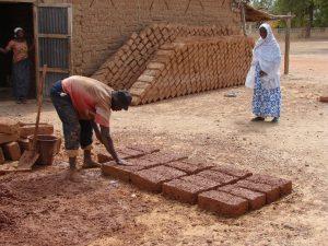 Fabrication de briques en banco