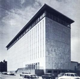 """Photo des anciennes Archives départementales d'Ille-et-Vilaine, tirée de """"Rennes"""", brochure touristique de 1969. Archives de Rennes, BP 243."""
