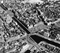 La place de Bretagne, le pont de la Mission et les quais de la Vilaine, 17 juin 1961. Archives de Rennes, 350 Fi 46, fonds Heurtier.