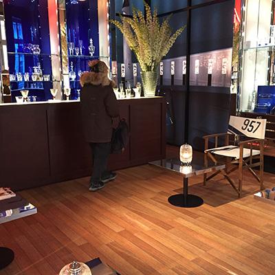 """Parquet """"pont de bateau"""", fond de vitrines en miroir bleu pour le decor du showroom Baccarat Paris"""