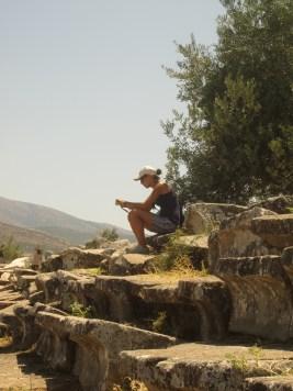 Jasmin, assise au milieu des ruines