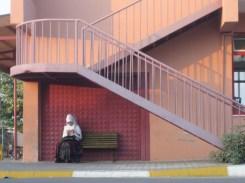 femme attendant le bus à la gare de Denizli