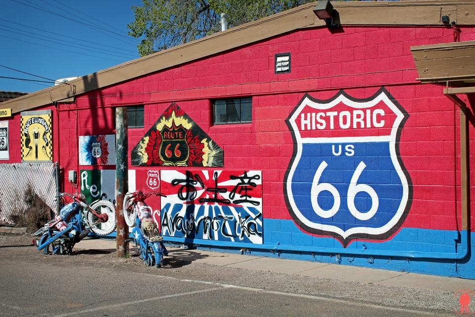 Route 66 - Street art Seligman Mur Rouge