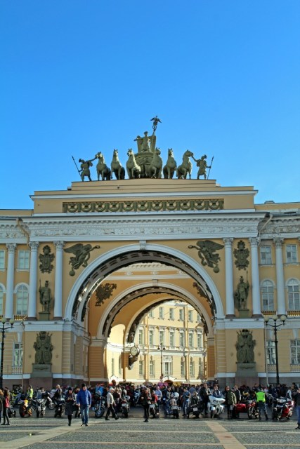 Visiter Saint Petersbourg - Place Ermitage Chevaux2