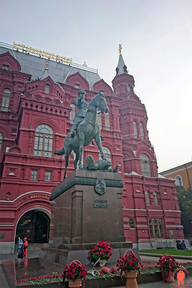 Visiter-Moscou-Statue-Zhukov-Devant-la-Place-Rouge