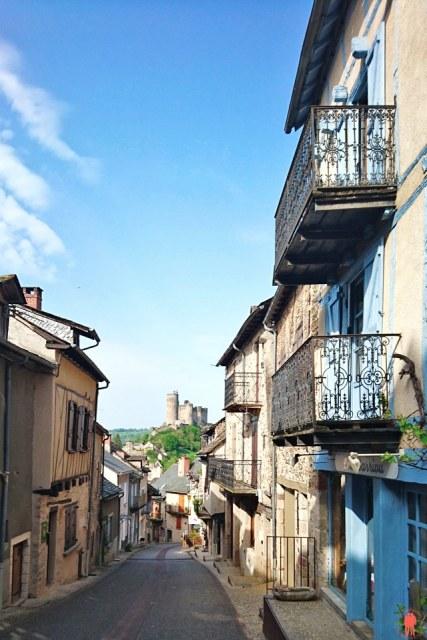 Rue unique vue Château Najac près de Villefranche de Rouergue
