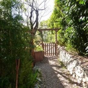 cote_jardin-L'entrée dans son espace indépendant et clos- appartement de vacances