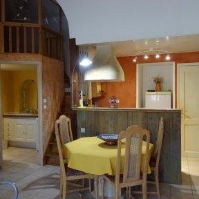visite côté jardin - Le séjour vue la cuisine de l'appartement de vacances
