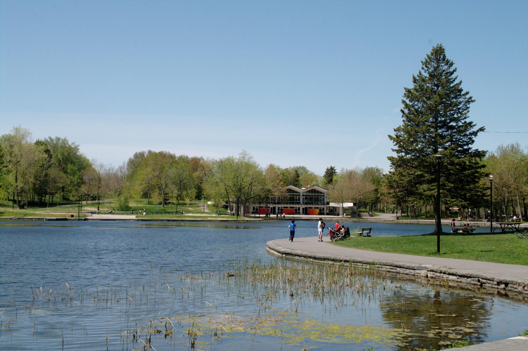 Les aménagements du Mont-Royal, tel le Lac-des-castors, furent tous mis en chantier dans les années 30, afin de contrer les effets de la crise économique