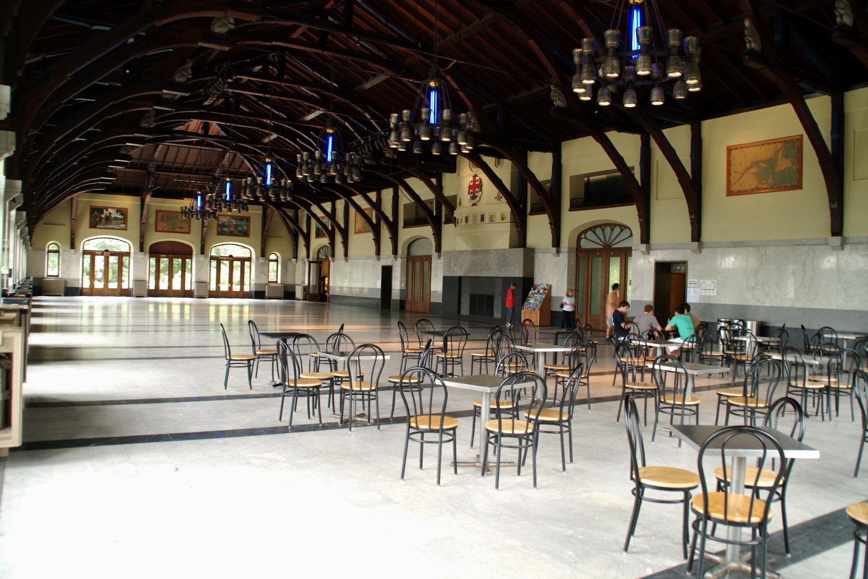 Construit dans le style Beaux-Arts, la salle est modulable et peut accueillir de 450 à 930 invités