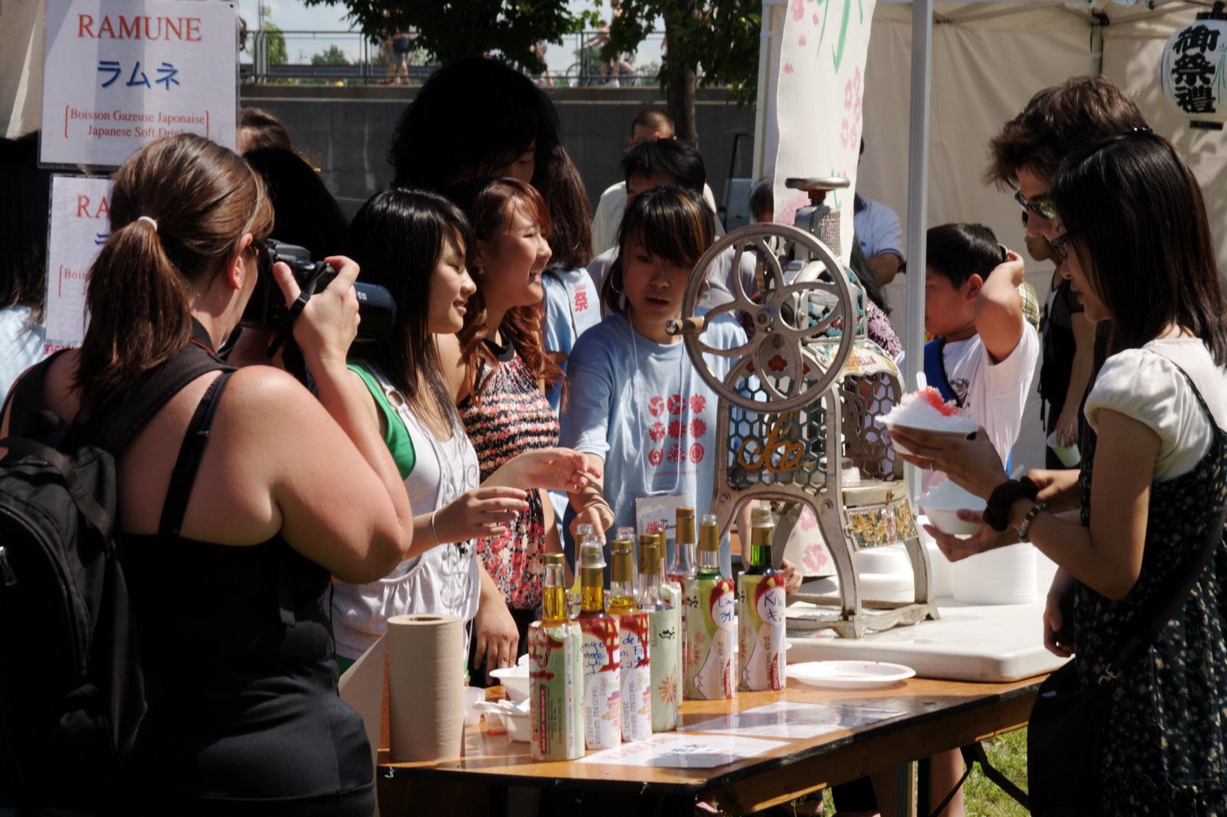 À l'occasion de ce matsuri, le public pouvait se régaler de la barbe à papa, du kakigori (glace pilée sucrée) et des boissons non-alcoolisées