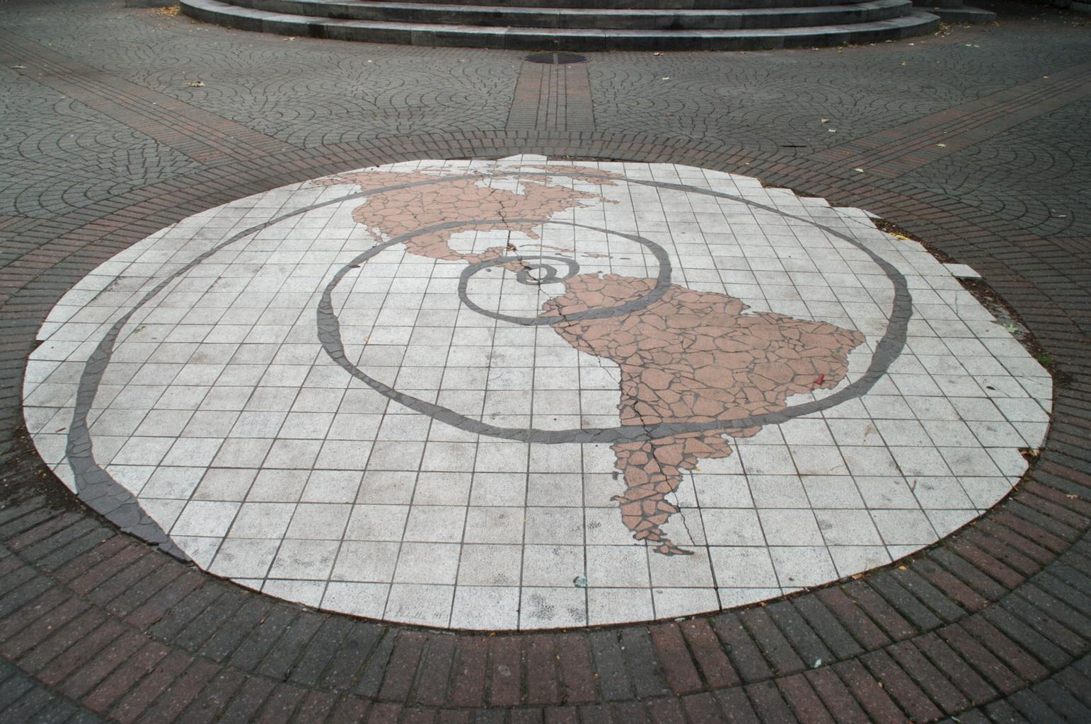 La carte des Amériques plaquée au sol