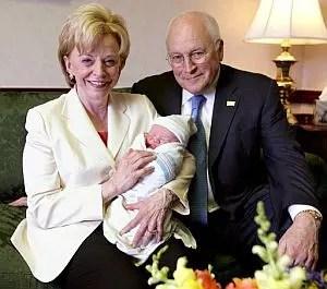 Mary  Cheney y Heather Poe han presentado a su primer hijo.