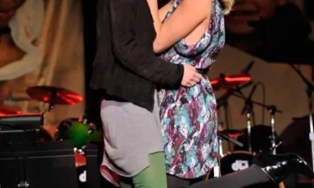 Charlize Theron subasta un beso y se lo gana una chica