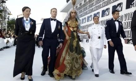 Lady Gaga entra escoltada por soldados afectados por DADT a los VMAs