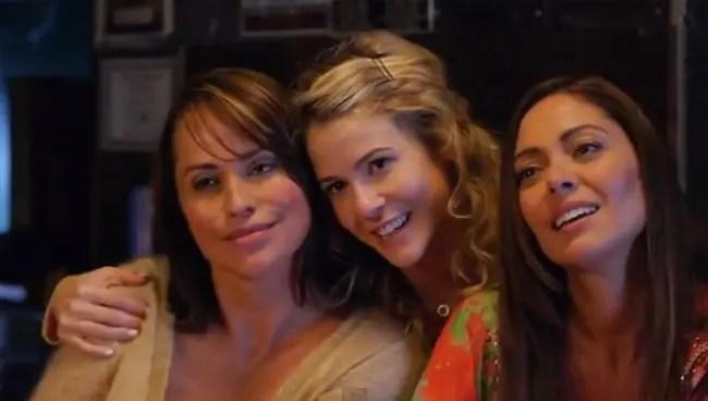Nico, Ivy y Poppy anunciando la boda