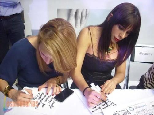 Alexandra y Bianca escribiendo su mensaje