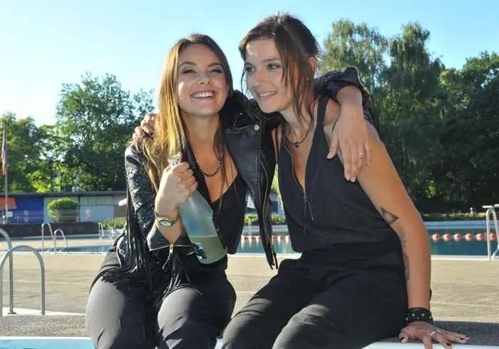 Anni y Jasmin en la alberca