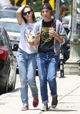 Kristen-Stewart-y-Alicia-Cargile-bebiendo