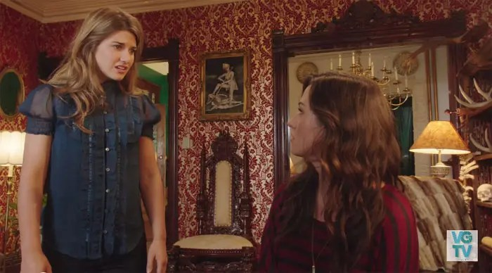 Laura y Carmilla hablando