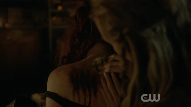 Espero que Lexa sea más gentil y no le deje semejantes marcas en la espalda cuando retocen