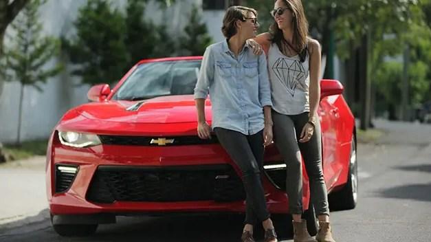 Una pareja lésbica protagoniza uno de los anuncios de Chevrolet México