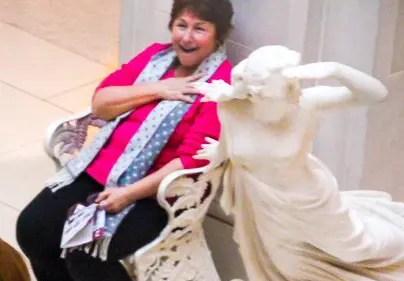 señora emocionada por boda lésbica