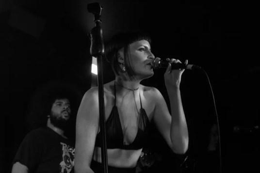Katie Gavin cantando en Londres