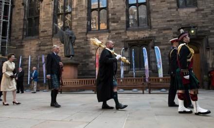 La Iglesia de Escocia se disculpa con la comunidad LGBT+ y se encamina al matrimonio homosexual