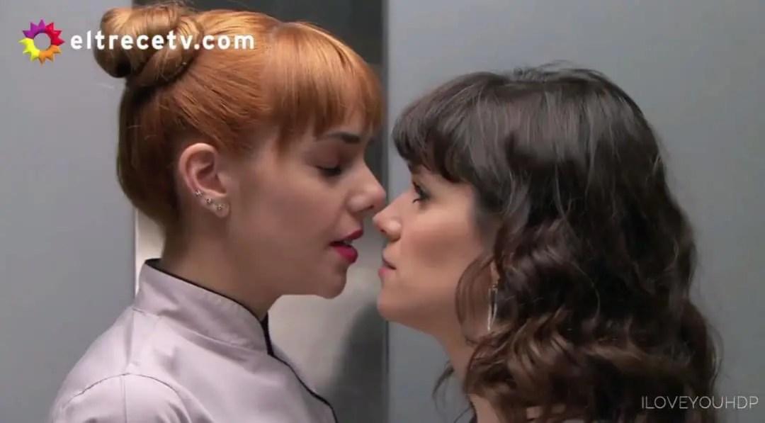 Flor y Jazmín en el elevador