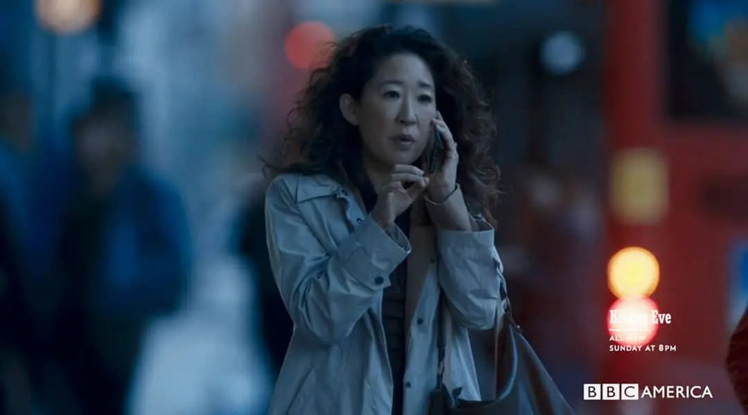 Eve hablando por teléfono