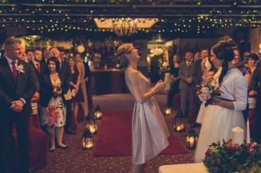 Kristin-y-Emer-sonriendo-en-su-boda