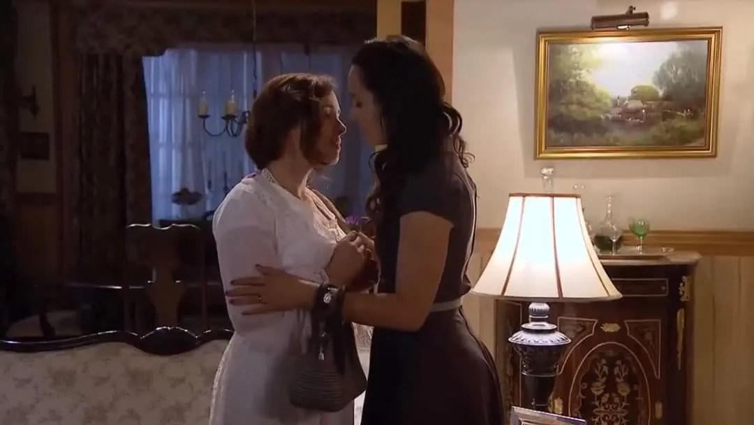 Barbara y Mercedes a punto de besarse