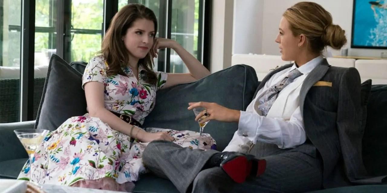 Anna Kendrick y Blake Lively se besan en A Simple Favor