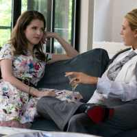 Anna Kendrick y Blake Lively se besan en A Simple Favor