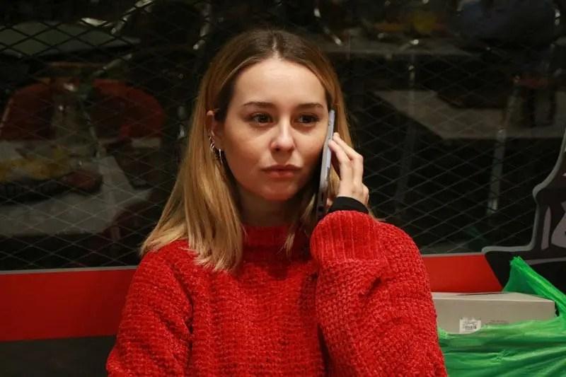 Paula Usero hablando por teléfono