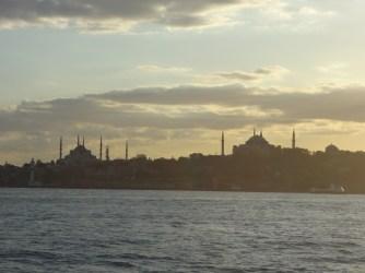 Les deux fameuses mosquées vues du ferry.