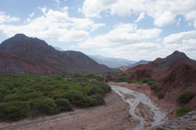 Le rio apporte un peu de verdure dans ce paysage aride