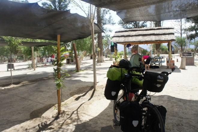 Camping de Cafayate avec Christine en plein nettoyage de son vélo après de bonnes étapes de ripio