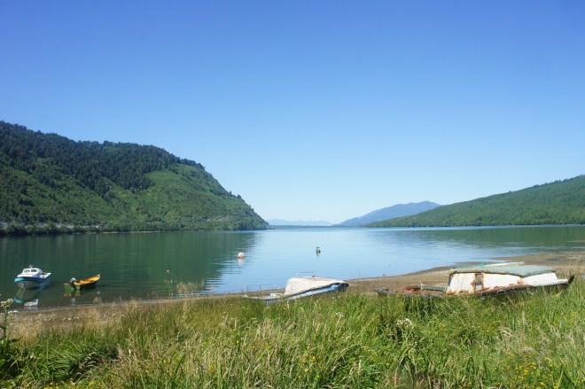 Vue de notre camping à Puyuhuapi. En zoomant, on peut même voir un cormoran prendre un bain de soleil